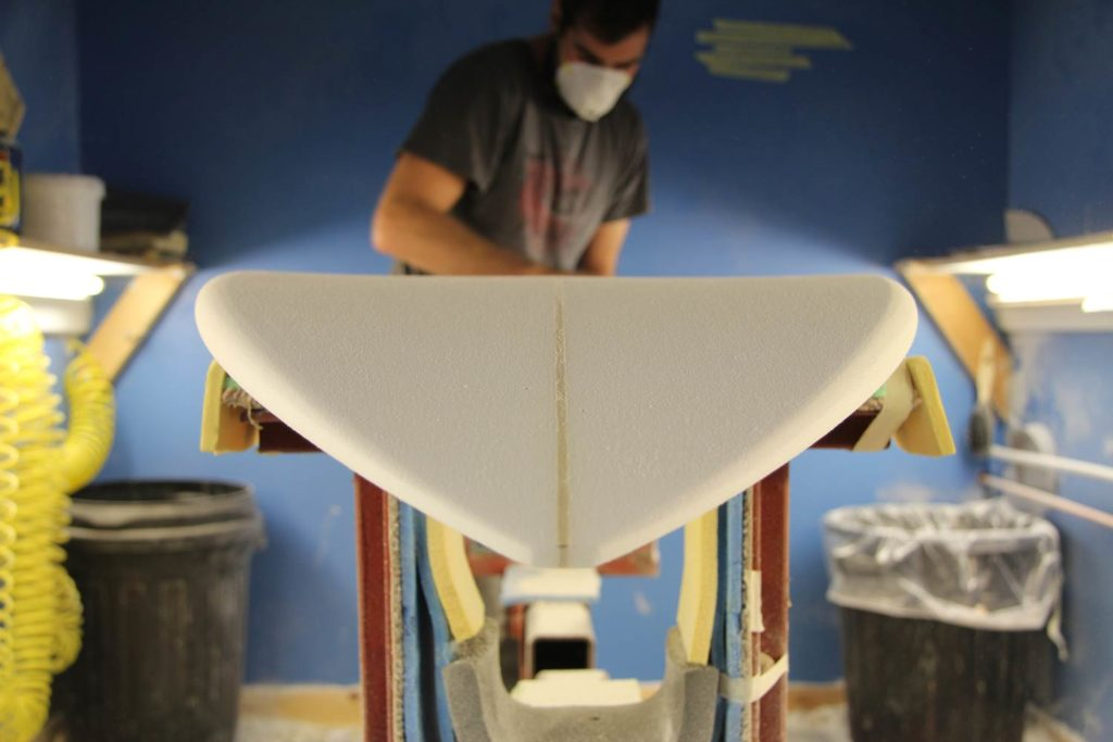 J.LeonShapes: shaper trabajando sobre tabla de surf