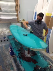J.LeonShapes: shaper pintando tabla de surf