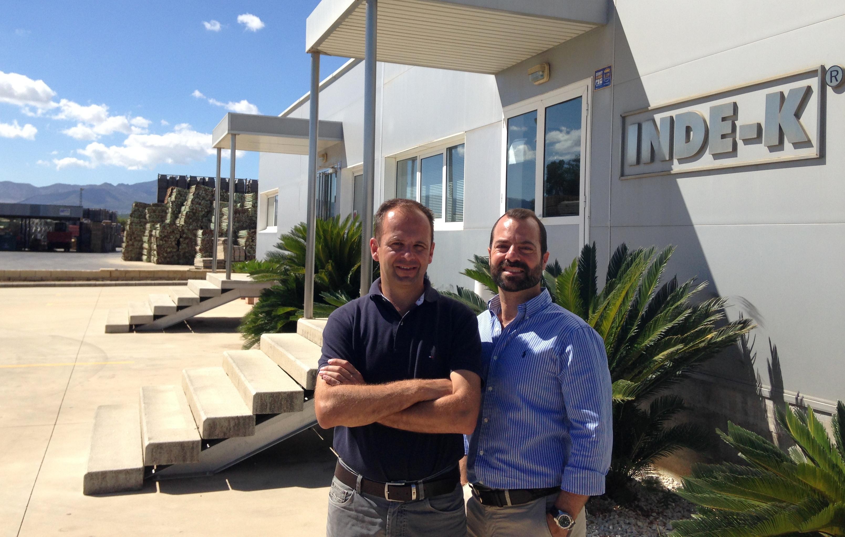 Daniel Jorge Houche y su socio frente en las oficinas de Inde-k